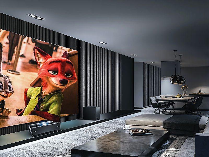 sala de tv escura moderna com filme zootopia sendo transmitido