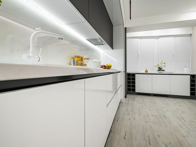 fita de led na cozinha sob armário suspenso