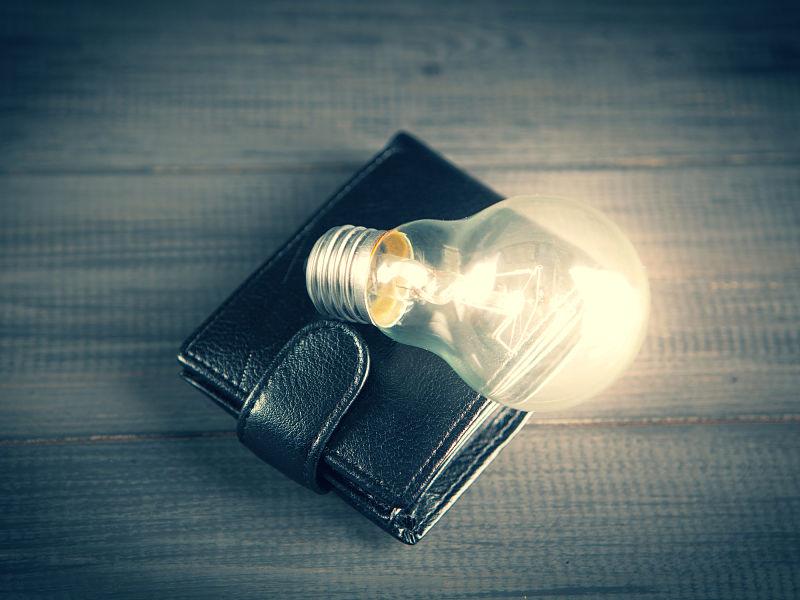 lâmpada acesa em cima de carteira preta