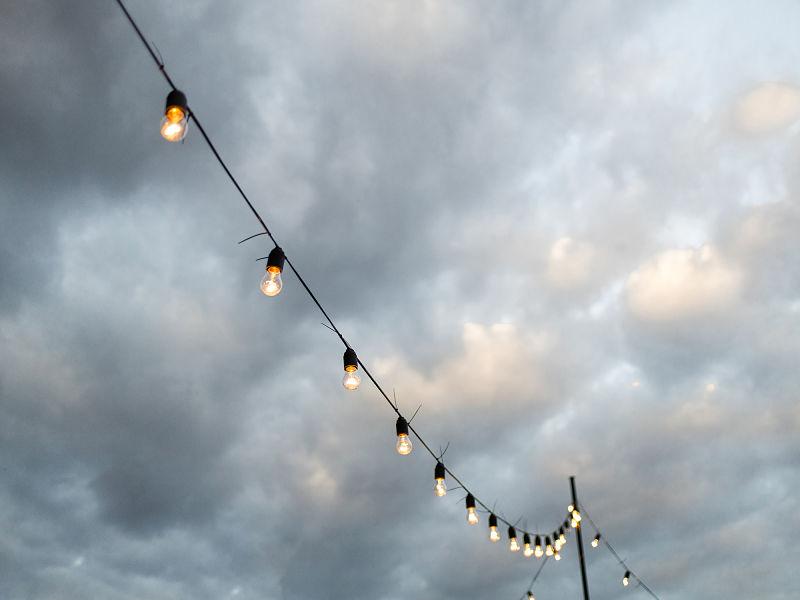 varal de luzes com céu ao fundo